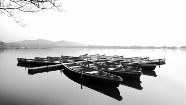 Lakeside-Boat-Black-and-White